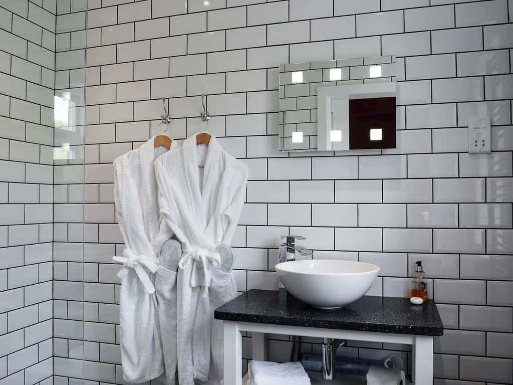 Brae cottage striking white bathroom with two white crisp robes ready for guests