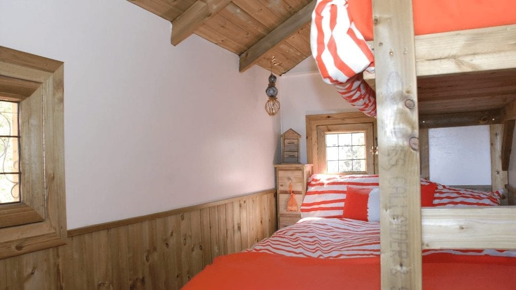 Colourful triple room in the self catering treehouse